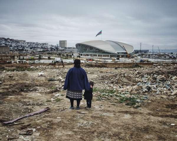 Sorti de terre pour les Jeux européens, l'Aquatic Center abrite la première piscine olympique d'Azerbaïdjan. Les familles qui habitent cette zone devront déménager pour laisser place à un nouveau quartier.