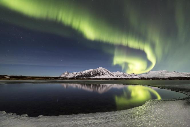 Les vents solaires génèrent des draperies phosphorescentes qui se forment dans le ciel, principalement dans les régions proches des pôles.