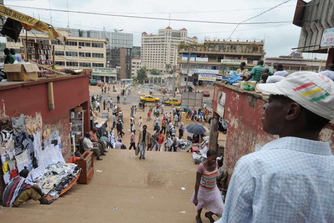 Le marché principal de Yaoundé, capitale du Cameroun, en mars 2016, en proie à de nombreux rapts et affrontements depuis quatre ans.