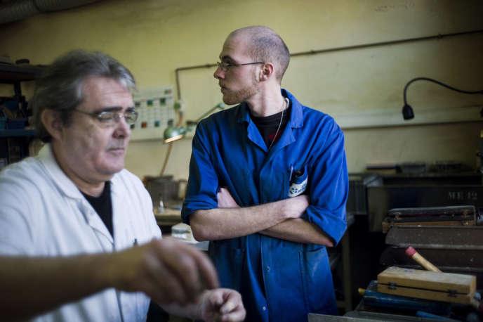 Un jeune salarié formé par un senior bénéficiant d'un contrat de génération dans une entreprise (OPA-OPTICAD, à Mitry-Mory, 2013).