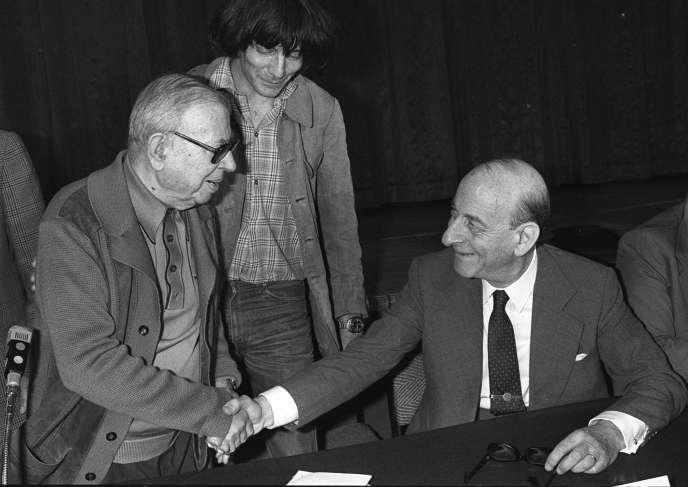 Jean-Paul Sartre (à gauche) et Raymond Aron, sous le regard du philosophe André Glucksmann, le 20 juin 1979.