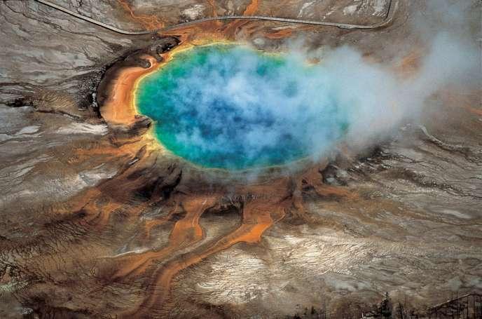Le Grand Prismatic Spring, bassin où l'eau avoisine les 70 °C, dans le parc du Yellowstone.