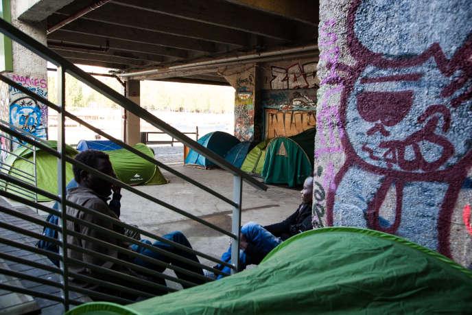 Aux pieds de la Cité de La Mode, une centaine de migrants dorment dans des tentes.