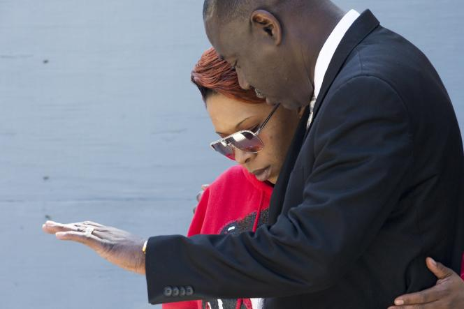 La famille du jeune Noir abattu par un policier blanc porte plainte contre la ville de Ferguson.