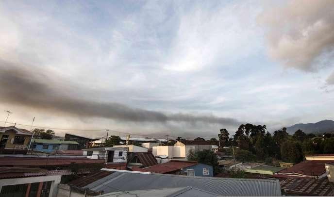 Le volcan Turrialba est à nouveau entré en éruption jeudi23avril au Costa Rica.