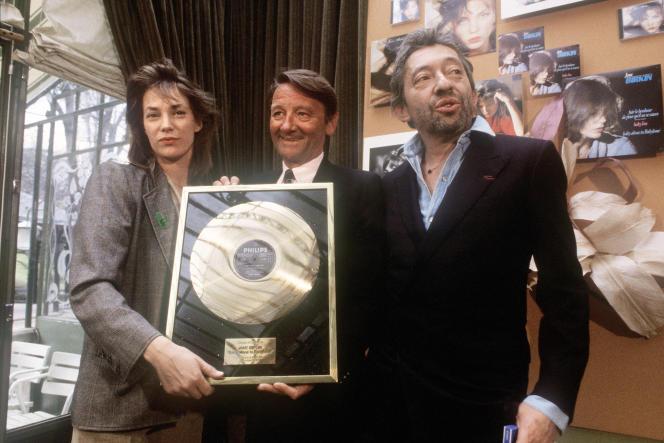 Jane Birkin et Serge Gainsbourg posent avec leur disque d'or, remis pour l'album «Baby Alone in Babylone», en1985.