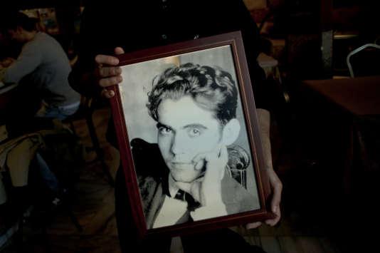 Juan Diego, un serveur de 28 ans, tient le portrait de Federico Garcia Lorca à Alfacar, près du lieu où le corps du poète aurait été jeté.