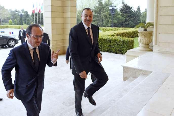 «Le Sud Caucase fait désormais partie du calendrier des voyages présidentiels (...). La politique française a-t-elle pour autant opéré un changement durable ? On peut en douter» (Le président d'Azerbaïdjan Ilham Aliyev accueille François Hollande à Bakou, en 2015).