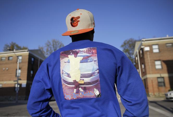 Un jeune homme porte un sweat-shirt en mémoire de Freddie Gray, mort après son arrestation par la police de Baltimore aux Etats-Unis.