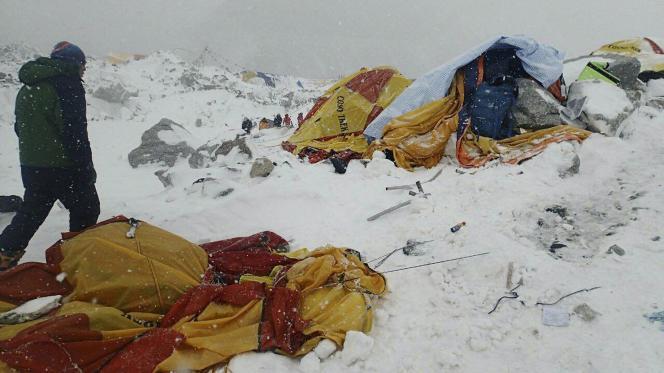 Le séisme qui s'est produit à 80 km au nord-ouest de Katmandou a été ressenti dans la région du mont Everest très fréquentée en cette saison.