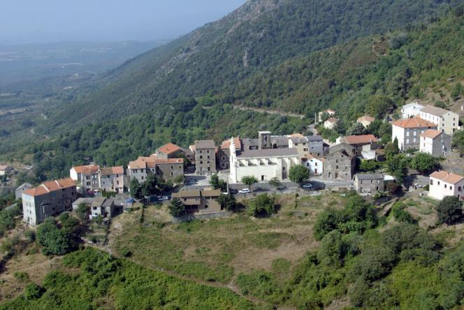 Vue du village de Linguizzetta (Haute-Corse), en2011.