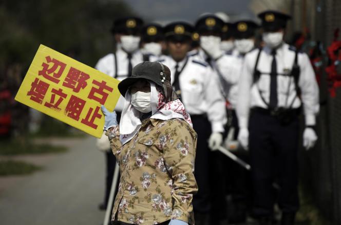 Manifestation contre le transfert de la base aérienne américaine de Futenma à Henoko, en mars 2015.