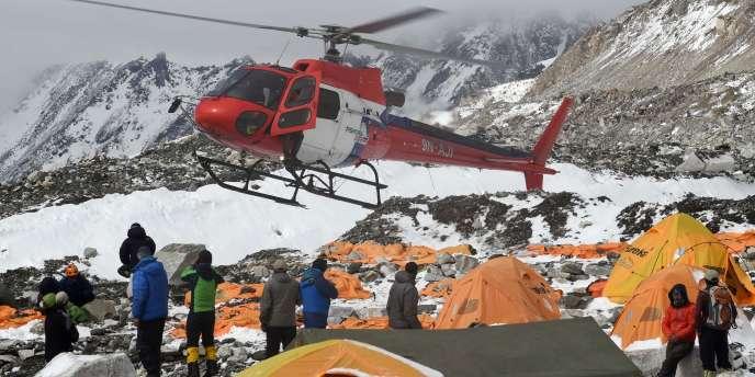 Plusieurs hélicoptères ont atterri dimanche26avril au matin au camp de base pour y secourir des victimes.