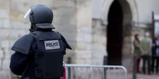 Un policier devant l'église Saint-Cyr-Sainte-Julitte à Villejuif, dans le Val-de-Marne, en avril.