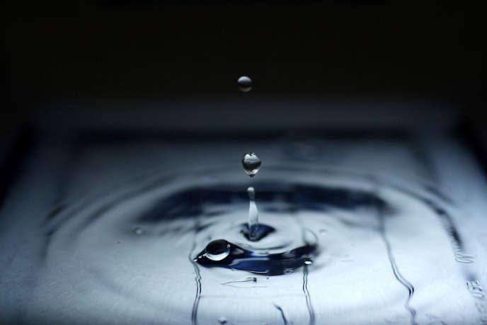 La concentration moyenne de tritium dans l'eau de l'hémisphère Nord est estimée autour de 1 à 4 Bq/L.