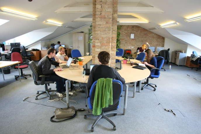 «Autre point intéressant : la tendance à la sédentarisation des collaborateurs, même sans poste fixe. Lorsqu'il est en bureau partagé, le salarié à tendance à toujours revenir travailler sur le même poste. » (Photo: un espace de coworking.)