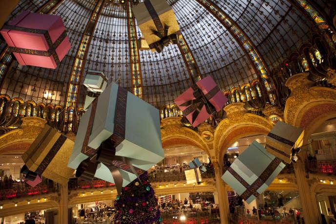 Des cadeaux pleuvent dans un grand magasin parisien.