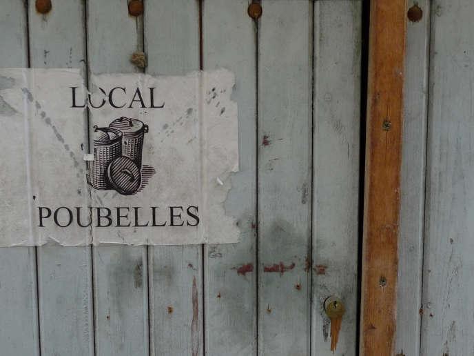 Local à poubelles où sont entreposées les ordures ménagères non recyclables.