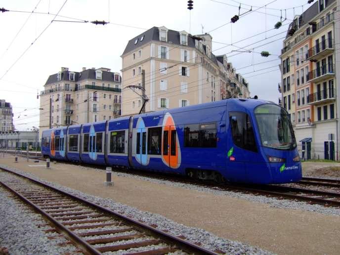 Rame de tramway de la ligne T4 à la gare de Gargan (Les Pavillons-sous-Bois, Seine-Saint-Denis).