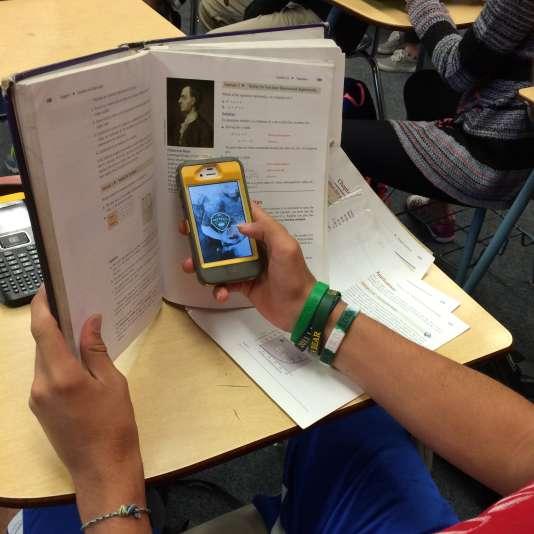 Pour réviser le bac, livres et smartphone peuvent faire la paire, tant que ce dernier n'est pas utilisé en classe.