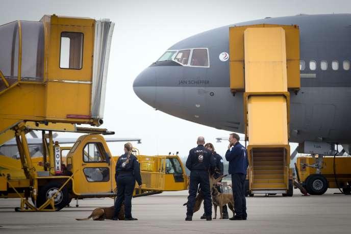 Une équipe de secouristes néerlandais s'apprête à s'envoler pour le Népal, dimanche 26 avril.