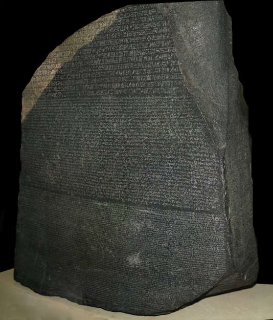La pierre de rosette mise au jour en 1799 et déchiffrée par Jean-François Champollion en 1822.