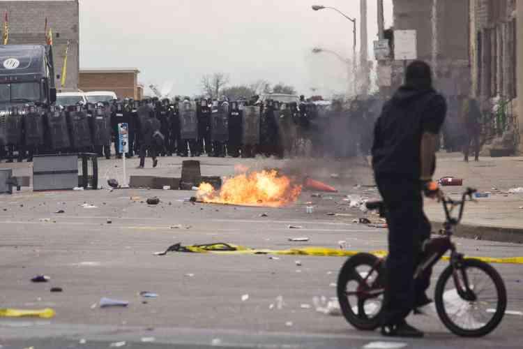 « Les pillages et les actes de violence ne seront pas tolérés. En réponse aux émeutes j'ai mis la garde nationale en alerte afin qu'elle puisse se déployer rapidement si besoin », a annoncé le gouverneur du Maryland, Larry Hogan, dans un communiqué