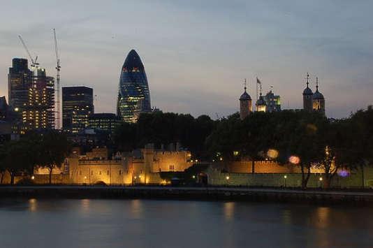 Selon une étude publiée lundi, 65 % des sociétés britanniques de services financiers ont augmenté en moyenne de 20 % les salaires de leurs cadres qui risquaient d'être touchés par le plafonnement des bonus en 2014.