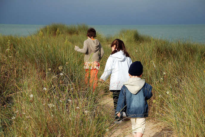 « En France, les femmes en couple gagnent aujourd'hui 42 % de moins en moyenne que leur conjoint (INSEE)... , en grande partie parce qu'elles consentent d'importants sacrifices professionnels pour s'occuper des enfants », selon les membres du Collectif Onze