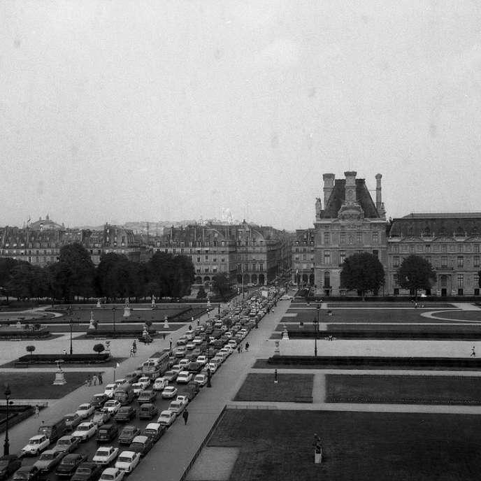 «L'hypertrophie de la fonction mobilité donnera naissance à l'urbanisme des réseaux, où la ville et sa forme sont directement déduites du système de transport hégémonique, collectif ou individuel.» (Photo: un embouteillage à Paris en 1970).