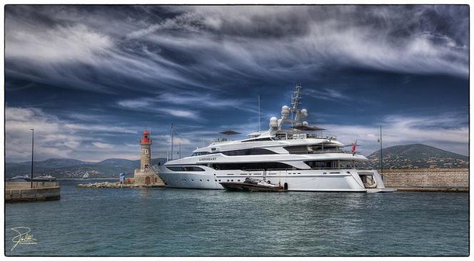 Un yacht dans le port de Saint-Tropez.