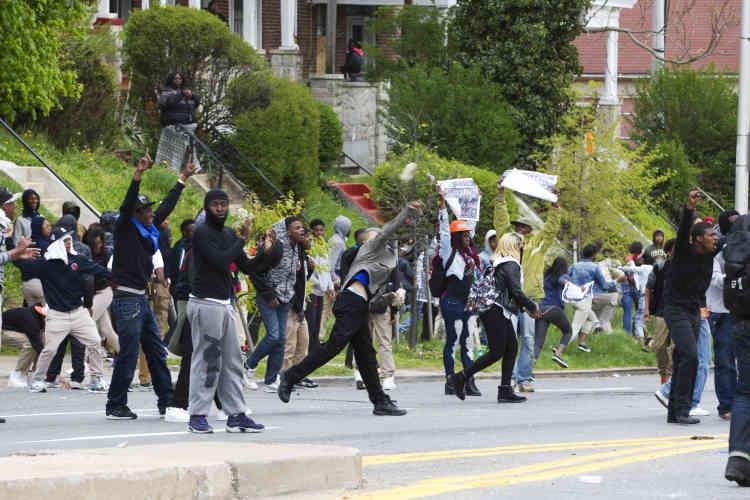 Les manifestants ont jeté des pierres et d'autres objets en direction des forces de l'ordre munies de boucliers anti-émeute.