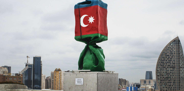 Bakou, parvis du Centre culturel Gueïdar-Aliev.