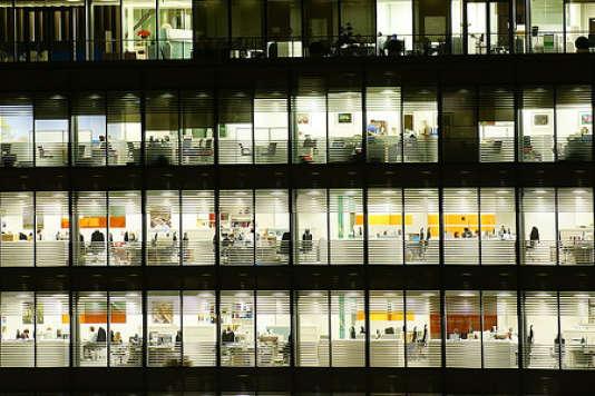 Un immeuble de bureaux en open space.