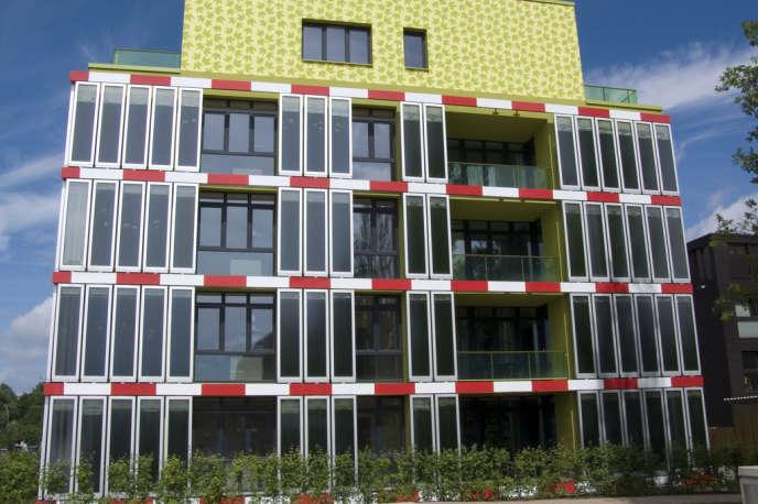 La «maison aux algues» à Hambourg, en Allemagne. Les panneaux de verre de la façade abritent un liquide vert empli de microalgues qui produisent de la biomasse.