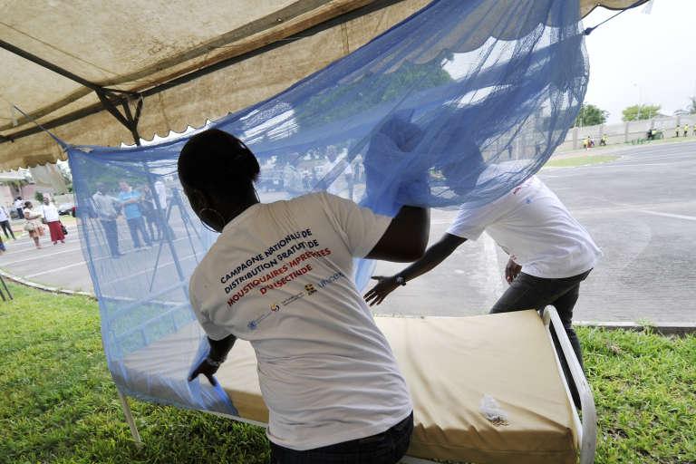 A Abidjan à l'occasion du World Malaria Day 2015, en avril 2015, des bénévoles expliquent comment utiliser une moustiquaire.