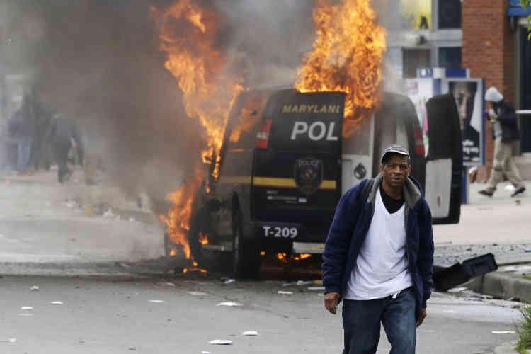 Ces nouvelles violences, circonscrites dans un quartier du nord-ouest de la ville, ont fait quinze blessés parmi les policiers et mené à 27 arrestations, selon un premier bilan.