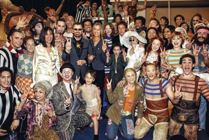 Au centre, de gauche à droite, Olivia Harrison, Ringo Starr, Barbara  Bach, Paul McCartney et Yoko Ono, entourés par le Cirque du Soleil, lors de la première de « Love », en 2006.