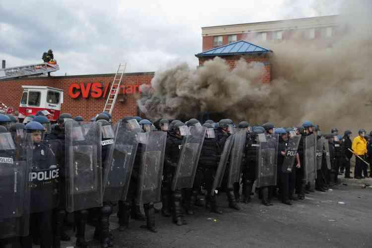Certains émeutiers ont brûlé des voitures de police, pillé puis incendié un supermarché.