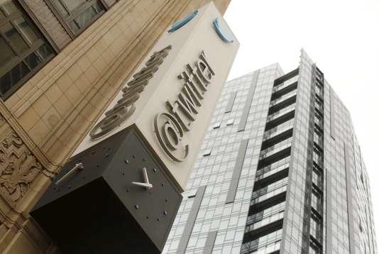 Le siège de Twitter à San Francisco, en avril 2015. Le nombre d'utilisateurs en particulier n'augmente que très lentement ces derniers trimestres : le réseau social en revendiquait fin septembre 320 millions dans le monde, soit seulement 4 millions de plus que trois mois plus tôt.