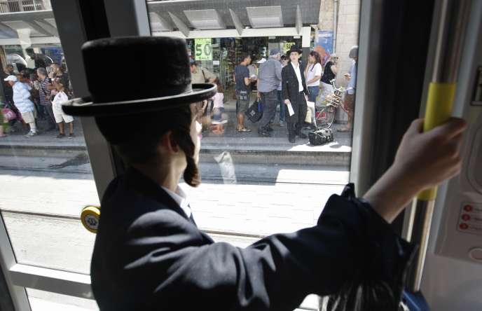 Un Juif ultraorthodoxe voyage dans le tramway à Jérusalem, le 19 août 2011.