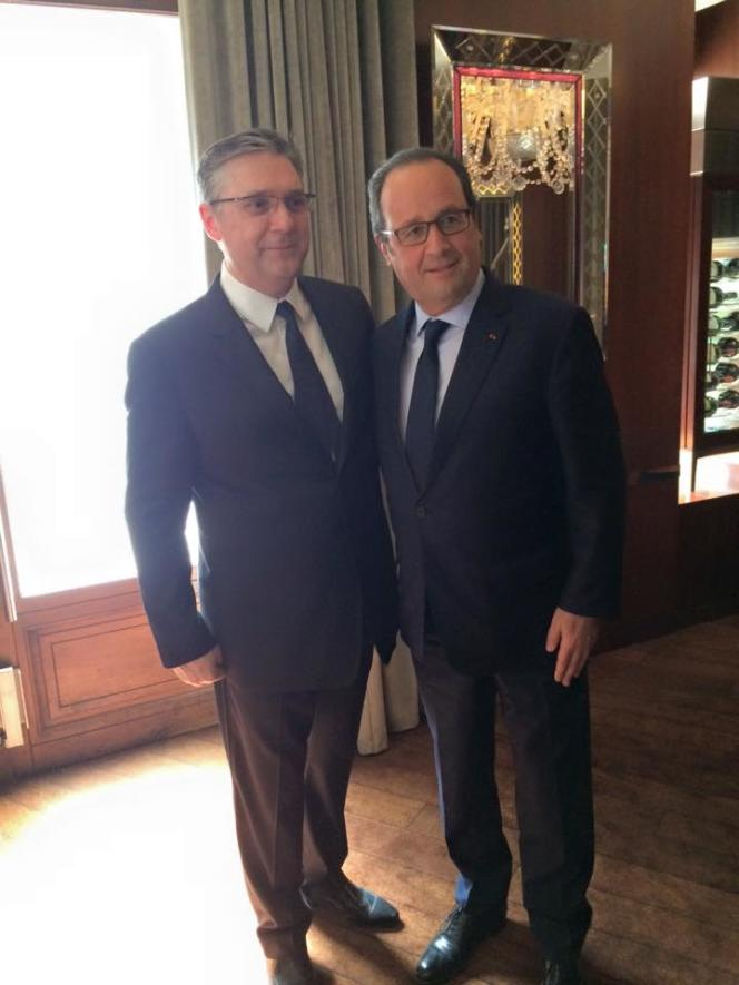Massimo Mori, le maître des lieux, pose avec le président Hollande.