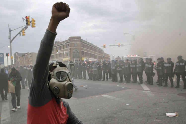 Les forces de l'ordre ont fait usage de gaz lacrymogène et de produits irritants pour disperser les émeutiers.
