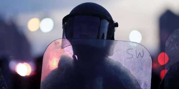 Un policier à Baltimore, le 27avril, après une journée d'émeutes.