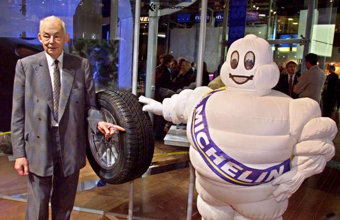 L'ancien président de Michelin, François Michelin, au côté du célèbre Bibendum, personnage créé par la publicité pour la promotion des produits du manufacturier de pneus.