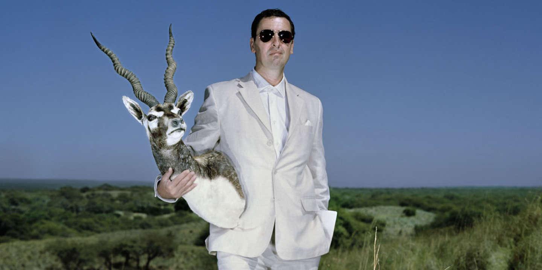 16 Mars 2014. Argentine. Luis Bertone, homme d'affaires et patron de la réserve de chasse, pose avec une antilope