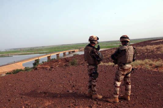 Les troupes françaises surveillent le pont de Wabaria à proximité de Gao, le 14 octobre 2013.