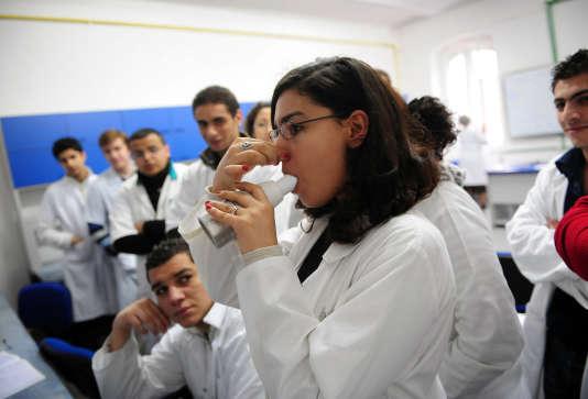 Des étudiants français suivent un cours dans un laboratoire de l'Université de médecine et de pharmacologie à Cluj-Napoca City.