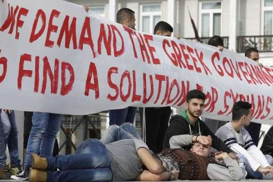 Sur les 4 millions de personnes qui ont fui la Syrie depuis 2011, moins de 6 % ont trouvé refuge en Europe (photos: des réfugiés syriens manifestent devant le parlement grec, à Athènes, en 2014).