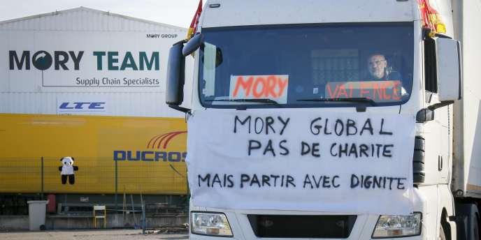 Un conducteur de MoryGlobal, le 10 avril à Saint-Priest, près de Lyon.